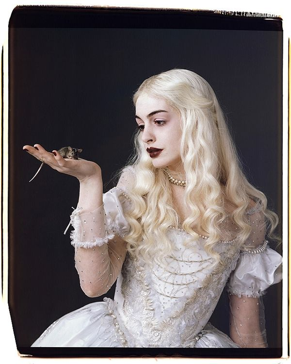 tim_burtons_alice_in_wonderland_anne_hathaway_white_queen_02.jpg