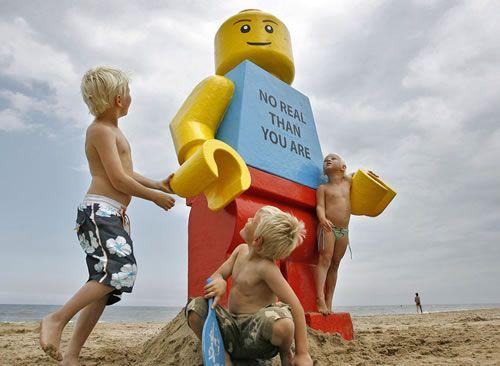 giant_lego_figure_01.jpg