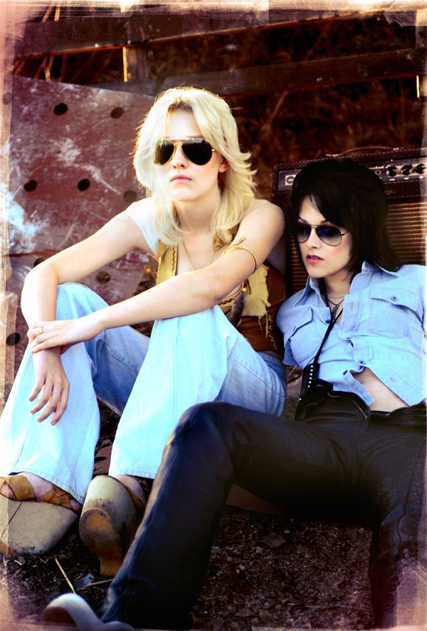 The_Runaways_movie_image_Dakota_Fanning_Kristen_Stewart.jpg