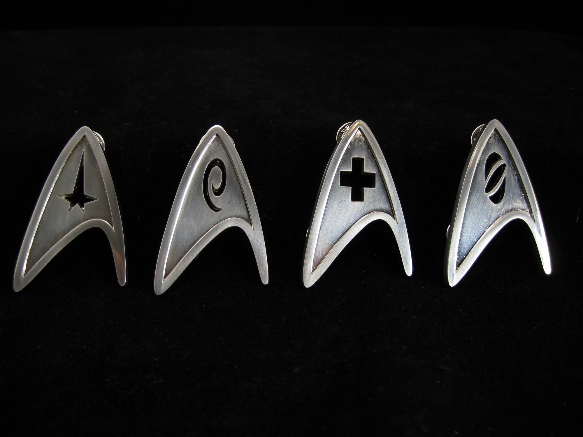 star_trek_best_buy_blu-ray_starfleet_gift_set_pins_01.jpg