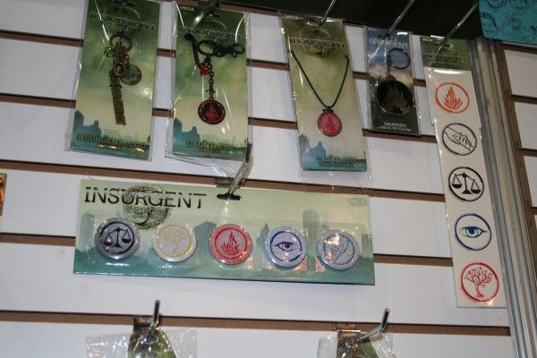 insurgent-pins-necklaces-neca