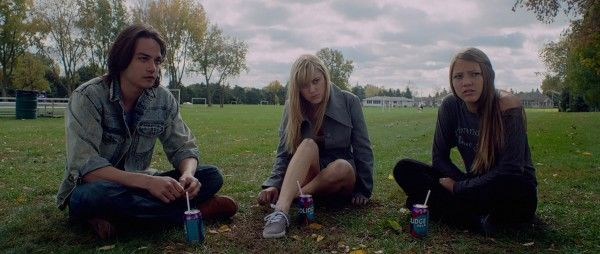 it-follows-maika-monroe-lili-sepe-daniel-zovatto