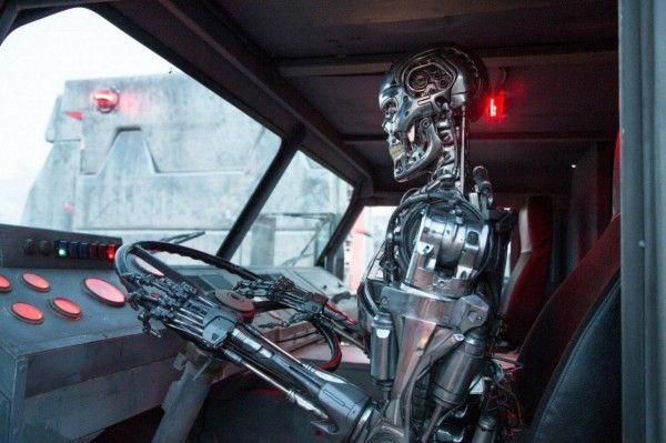 terminator-genisys-exoskeleton-driving