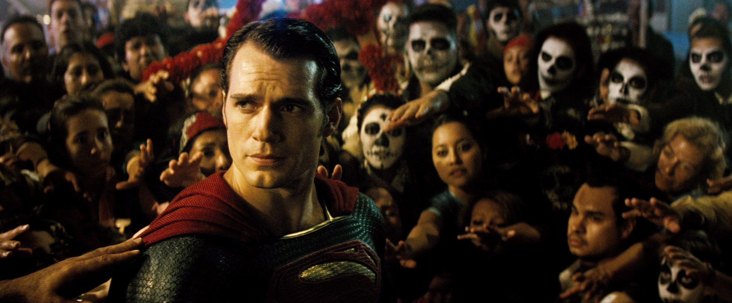 Superman olhando para o horizonte enquanto pessoas no Dia dos Mortos tentam tocar nele