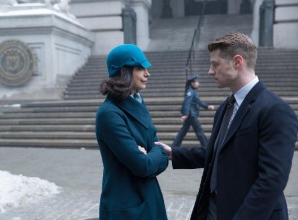 gotham-image-under-the-knife-morena-baccarin-ben-mckenzie