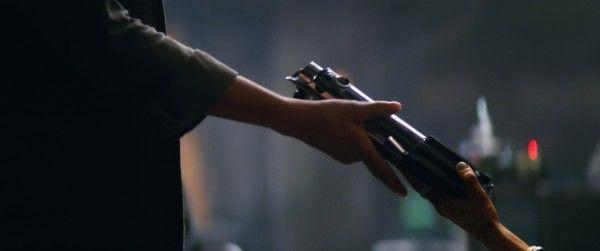 star-wars-7-force-awakens-lightsaber-handoff-hi-res
