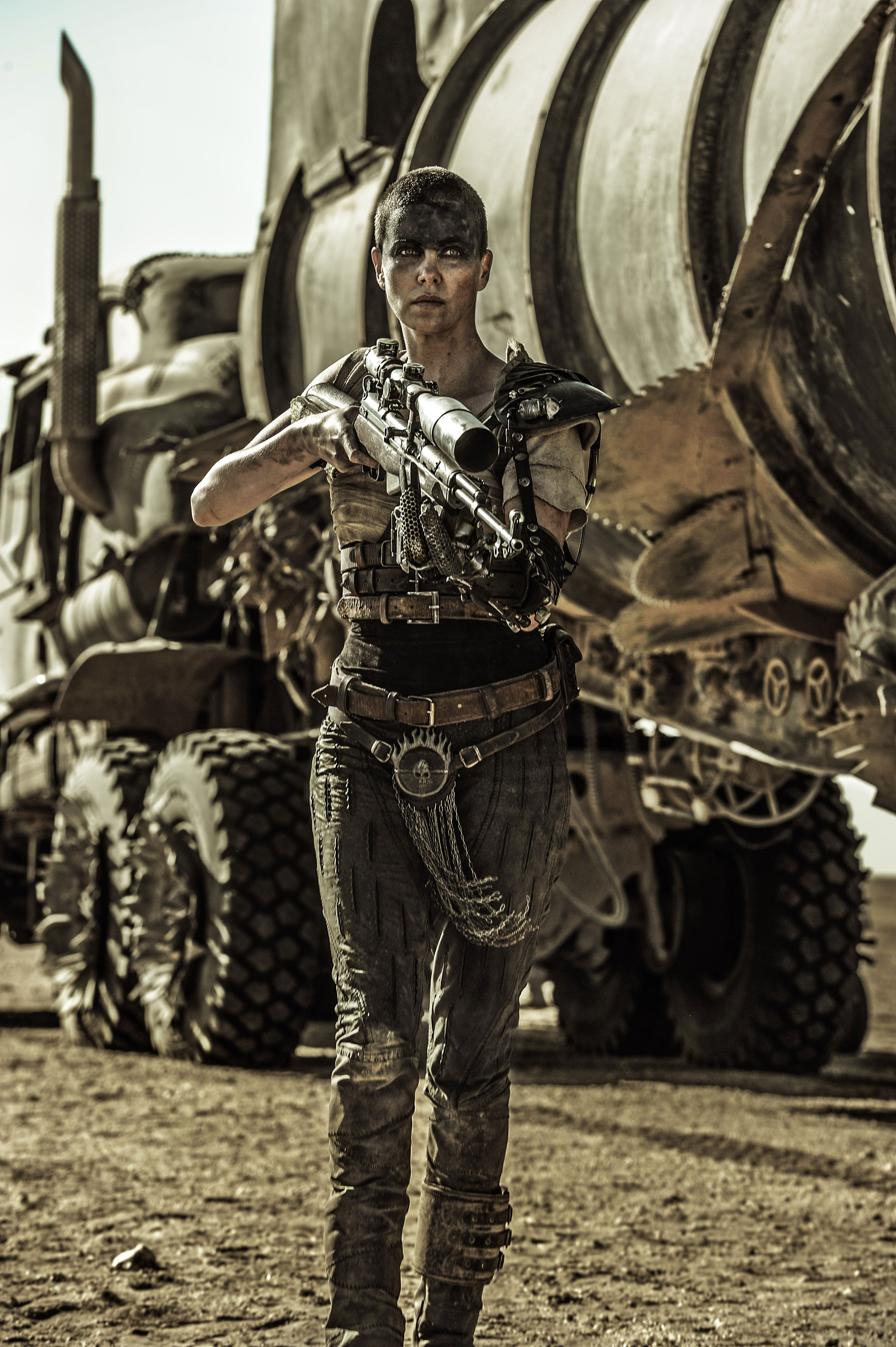 over 40 new mad max fury road pictures feature tom hardy collider. Black Bedroom Furniture Sets. Home Design Ideas