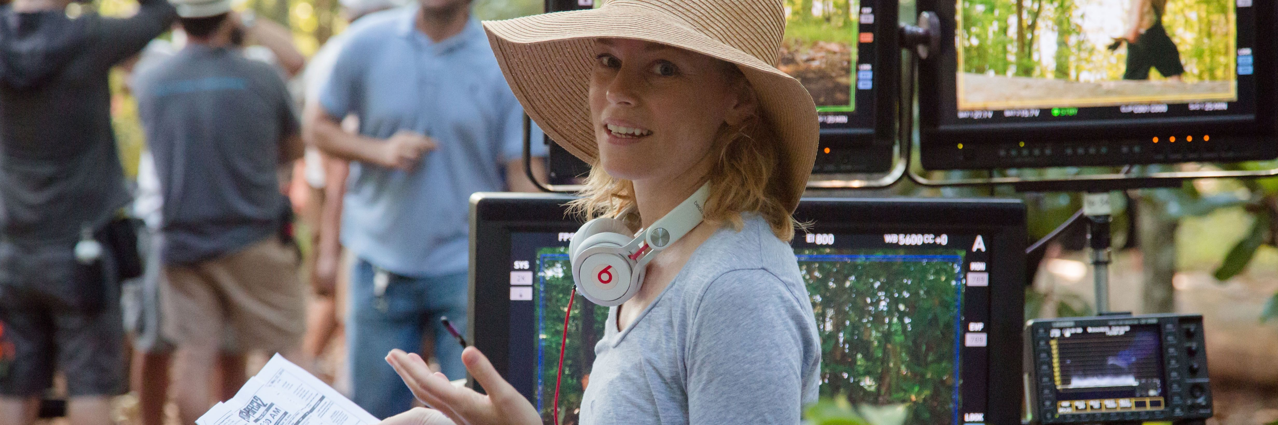 Elizabeth banks talks pitch perfect 2 and 3 deleted - Pitch perfect swimming pool scene ...