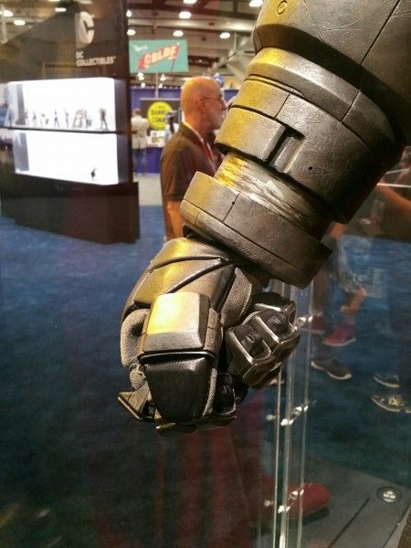 batman-v-superman-armor-comic-con-2015-image