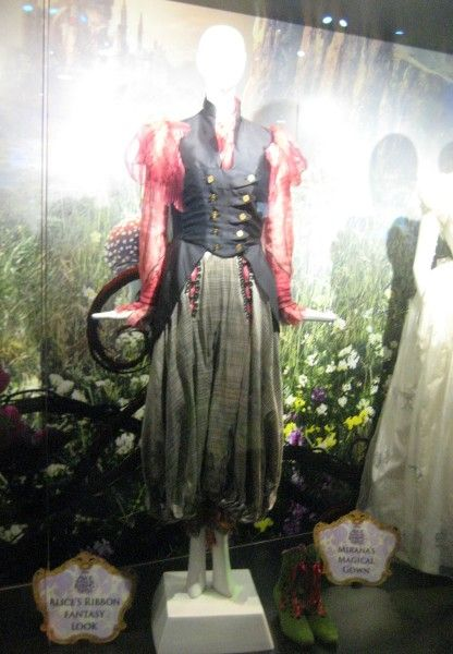 alice-through-the-looking-glass-alice-costume-d23-expo