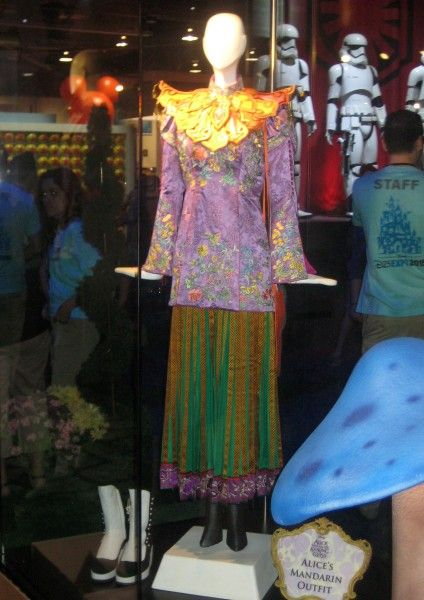 alice-through-the-looking-glass-costume-d23-expo