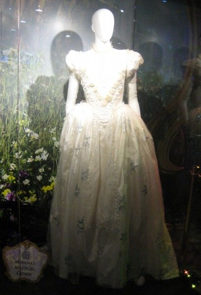 alice-through-the-looking-glass-mirana-costume-d23-expo