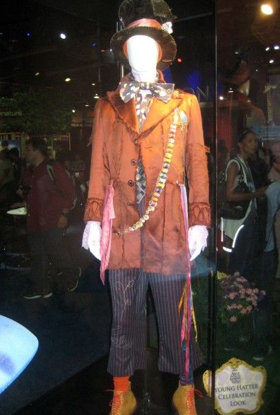 alice-through-the-looking-glass-young-hatter-costume-d23-expo