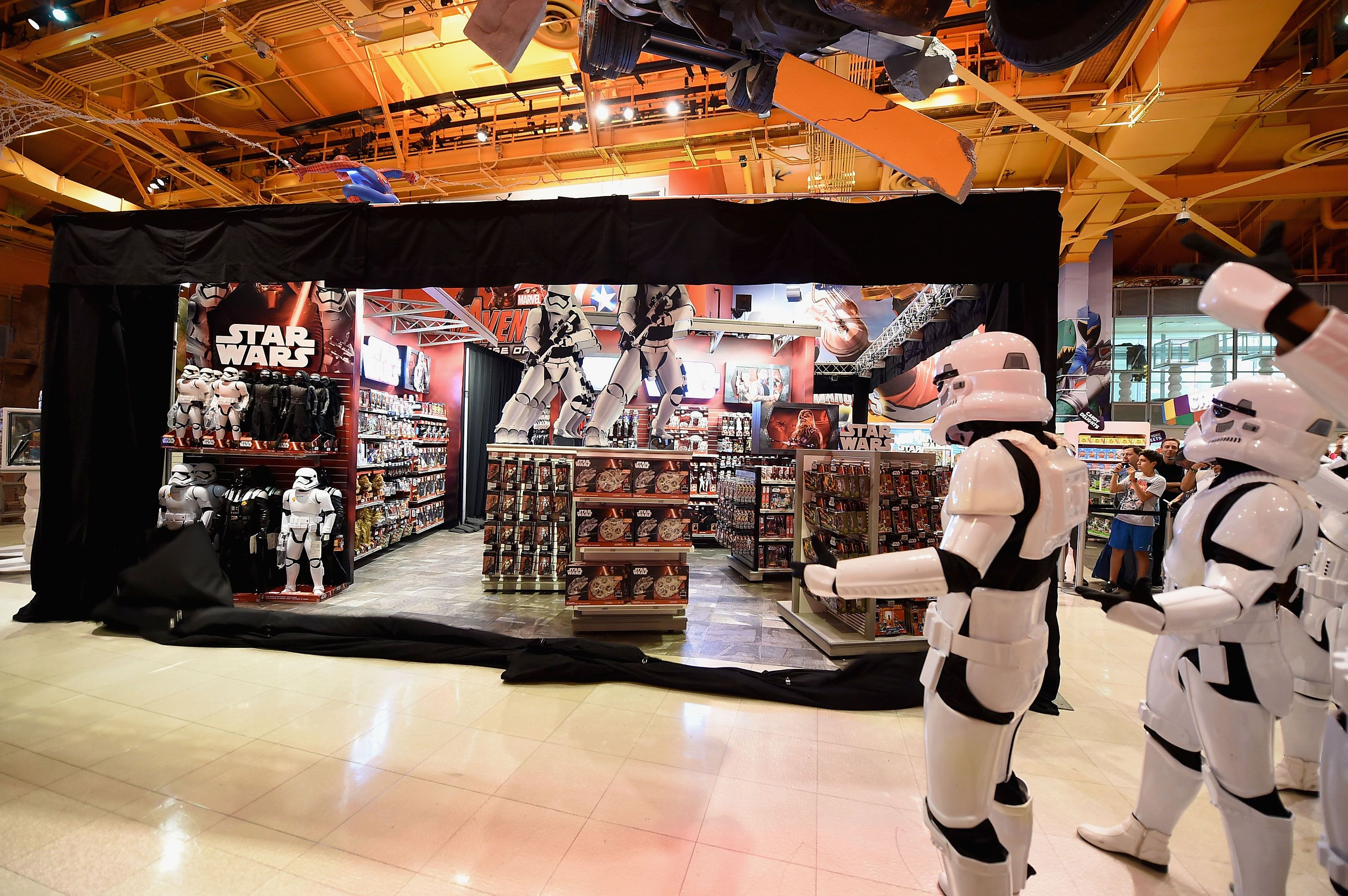 Star Wars Toys R Us : Watch star wars fans score first the force awakens toys