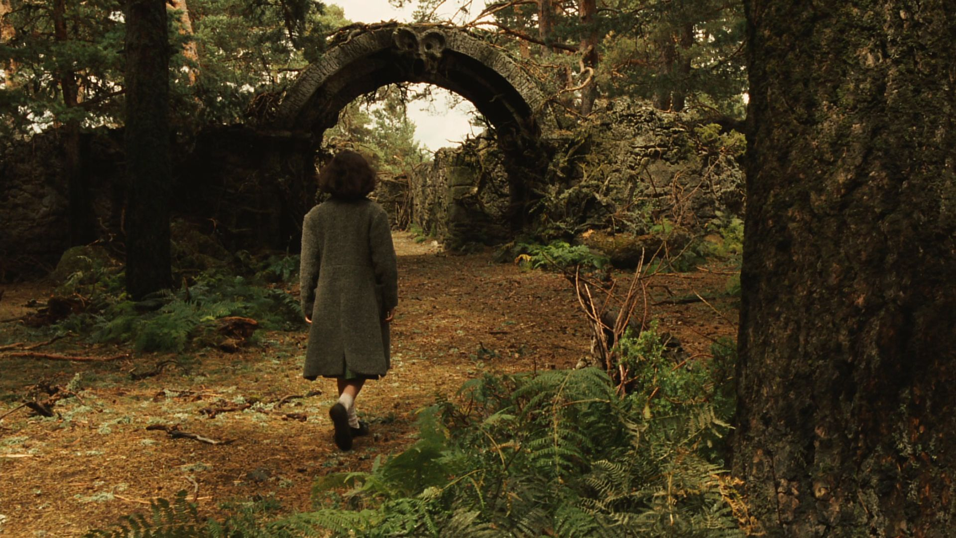 "pans labyrinth setting Horror movie set during the spanish civil war, and ""pan's labyrinth,"" his  academy award-winning dark fantasy set during francoist spain."