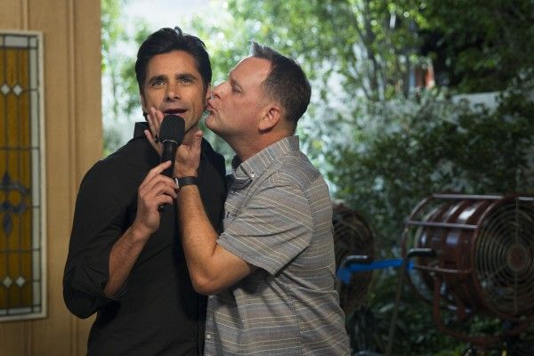 fuller-house-image-behind-the-scenes-john-stamos-dave-coulier
