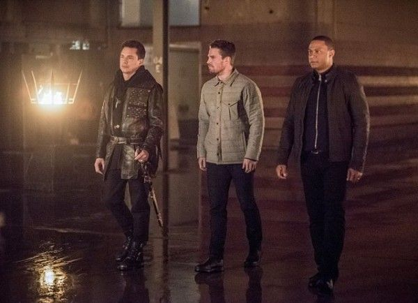 arrow-cast-image-sins-of-the-father-john-barrowman-stephen-amell-david-ramsey