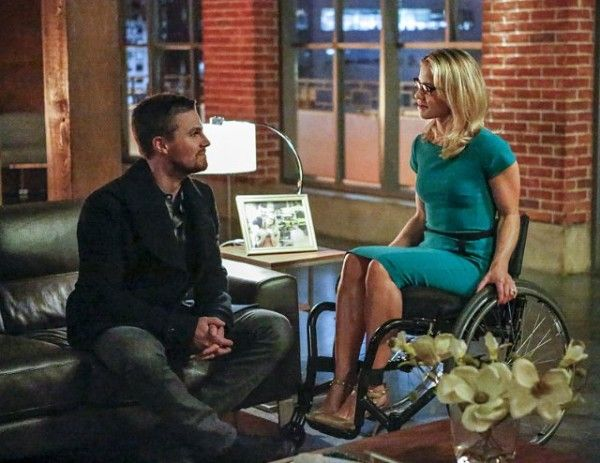 arrow-cast-image-sins-of-the-father-stephen-amell-emily-bett-rickards