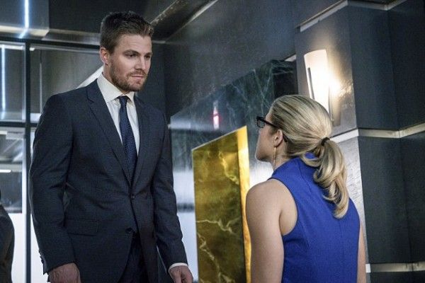 arrow-cast-image-stephen-amell-emily-bett-rickards-unchained