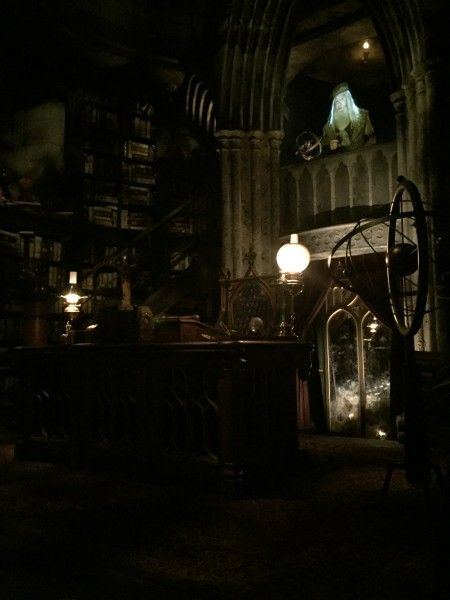 wizarding-world-of-harry-potter-headmasters-office-4