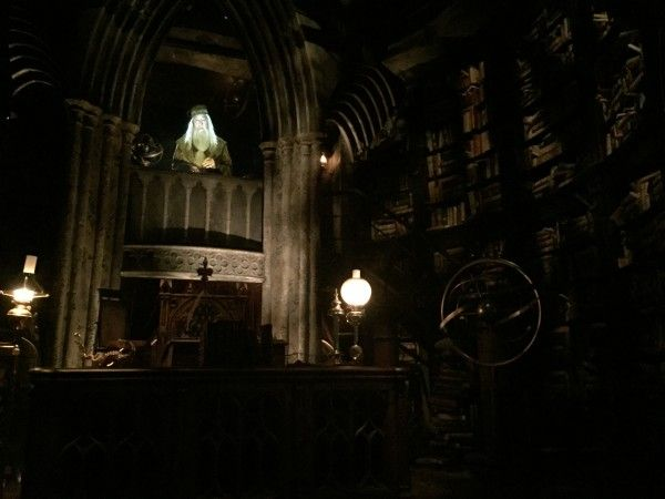 wizarding-world-of-harry-potter-headmasters-office-5
