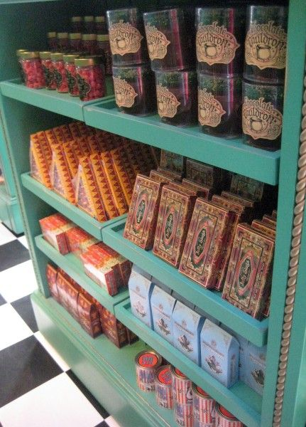 wizarding-world-of-harry-potter-honeydukes-2