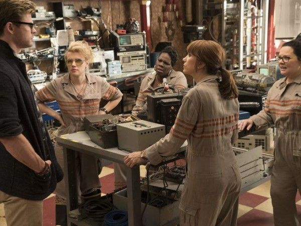 ghostbusters-chris-hemsworth-kate-mckinnon-leslie-jones-kristen-wiig-melissa-mccarthy-image