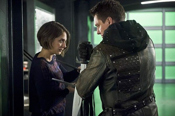 arrow-willa-holland-john-barrowman