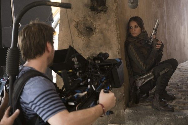 rogue-one-set-image-felicity-jones-gareth-edwards