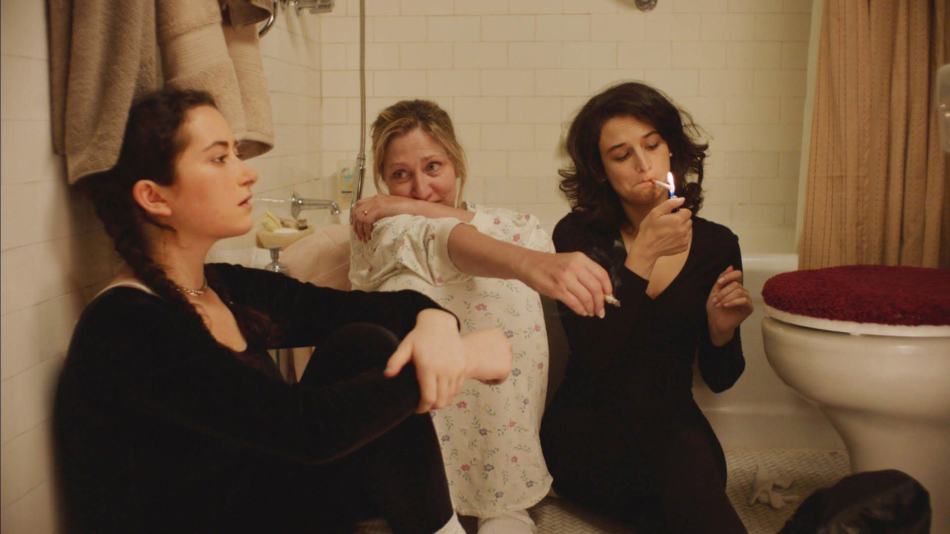 landline review: jenny slate phones home in 90s dramedy | collider