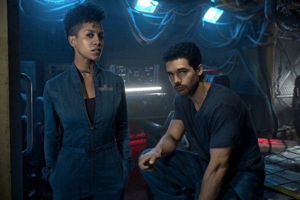 the-expanse-season-2-dominique-tipper-steven-straight