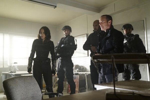 agents-of-shield-season-4-the-man-behind-the-shield-image-5