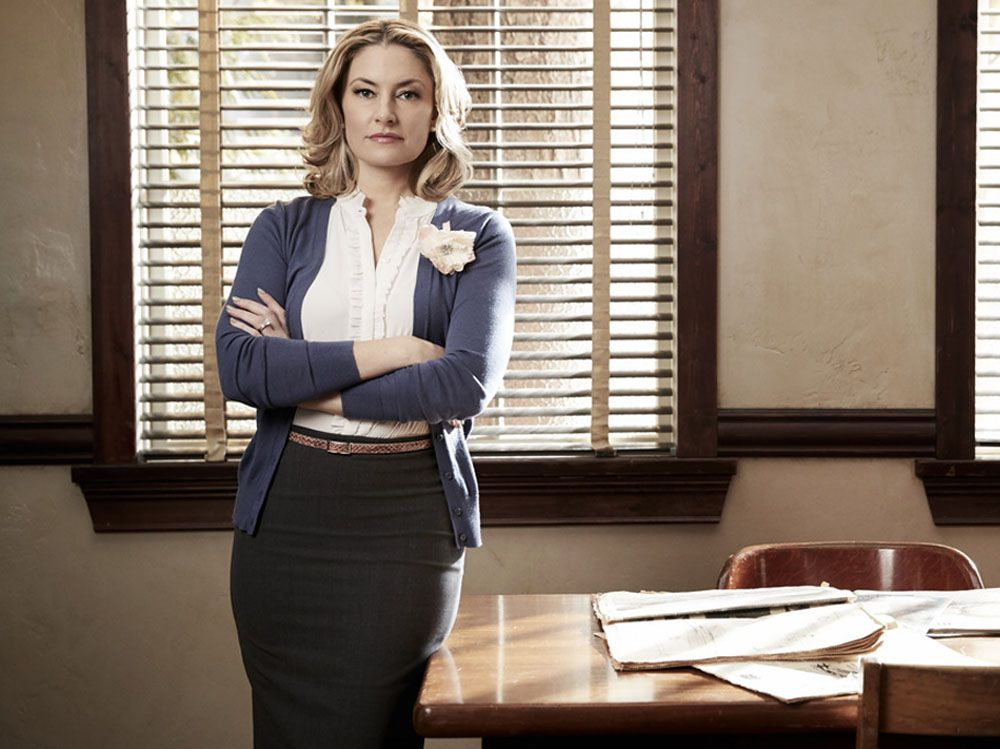 M dchen amick on riverdale and shooting twin peaks like a for Kinderzimmerlampe madchen
