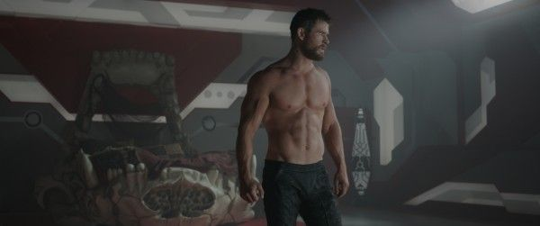 thor-ragnarok-images-chris-hemsworth-nude