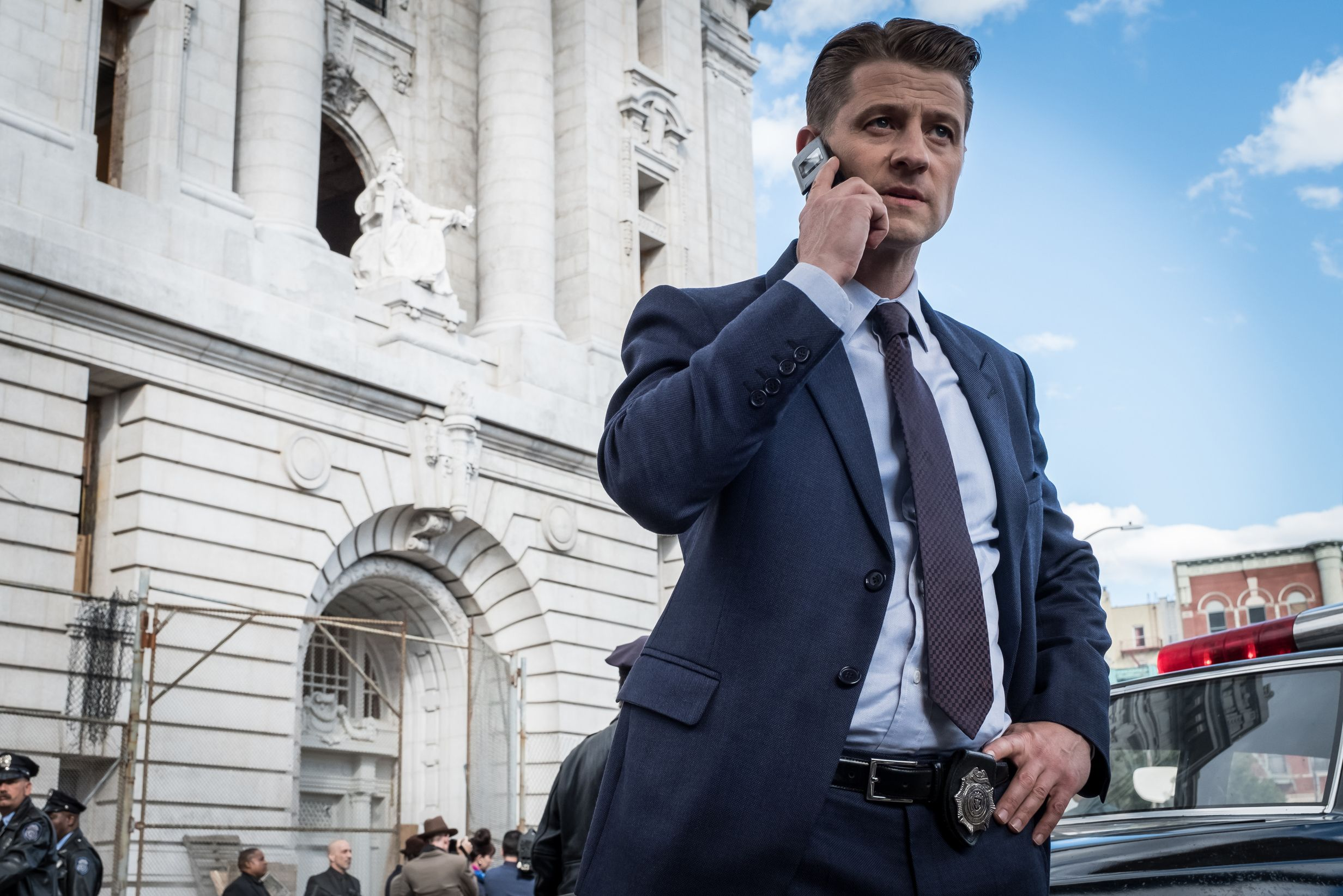 So he begrudgingly took to facebook to sell the suit and also decided - Gotham Season 4 A Day In The Narrows