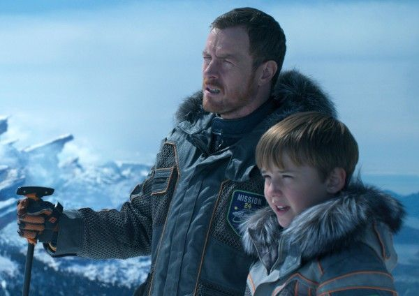 lost-in-space-toby-stephens-maxwell-jenkins-01