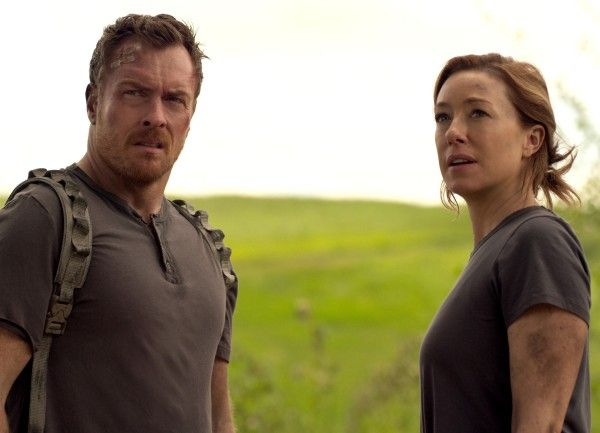 lost-in-space-toby-stephens-molly-parker-02