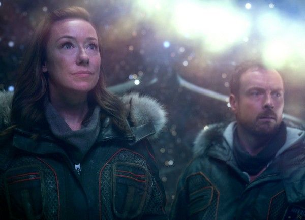 lost-in-space-toby-stephens-molly-parker-04