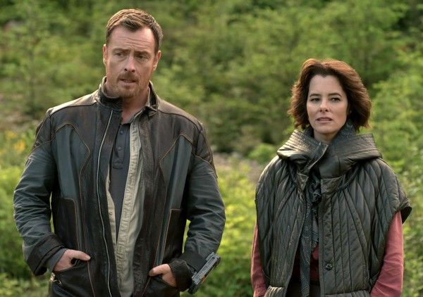 lost-in-space-toby-stephens-parker-posey