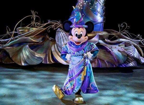 magic-happens-parade-mickey-mouse