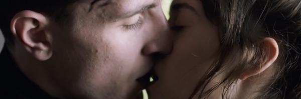 normal-people-hulu-daisy-edgar-jones-paul-mescal-kiss