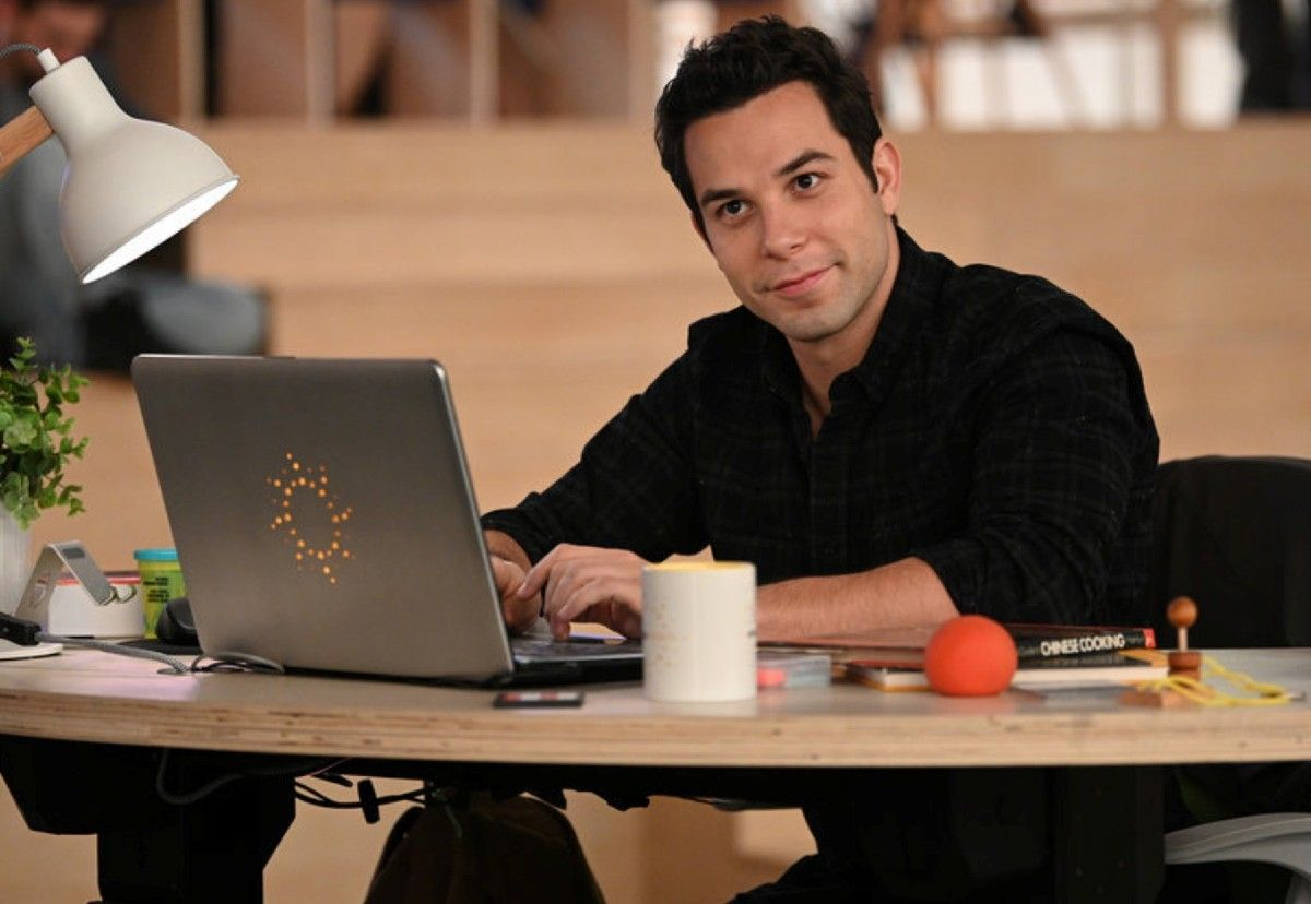 Zoey S Extraordinary Playlist Skylar Astin On If Max And Zoey Are Mfeo Collider
