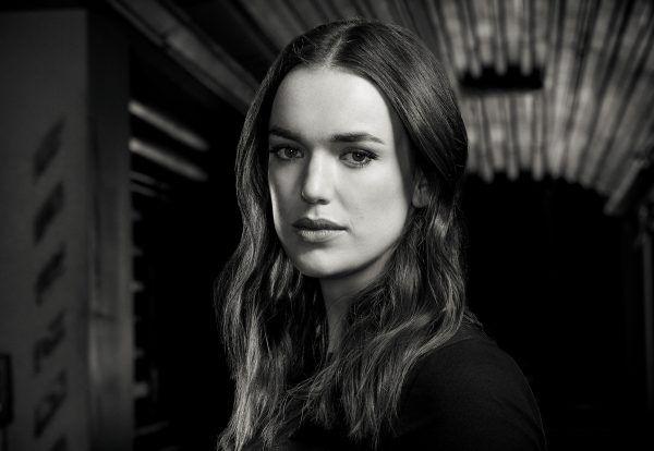 agentes-de-escudo-elizabeth-henstridge-diretor-entrevista