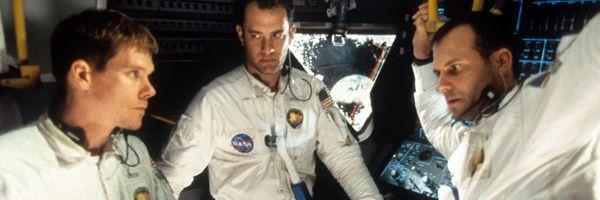 """apollo-13 """"width ="""" 600 """"height ="""" 200 """"/> </p> <p> <strong> <em> Apollo 13 </em> </strong> a eu 25 ans cette semaine, et cela reste un film que je peux regarder à tout moment. Ce n'est pas parce que je suis incroyablement passionné par les missions spatiales (tout va bien, mais ce n'est pas comme si j'avais regardé <strong> <em> For All Mankind </em> </strong> ou <strong> <em> De la Terre à la Lune </em> </strong>), mais parce que c'est un film qui vise à résoudre des problèmes, ce qui est inhabituel pour la plupart des récits. Les récits traditionnels prospèrent sur les conflits, en particulier les conflits interpersonnels. <em> Apollo 13 </em> a un gros problème: comment obtenir les astronautes Jim Lovell (<strong> Tom Hanks </strong>), Jack Swigert (<strong> Kevin Bacon </strong>) et Fred Haise (<strong> Bill Paxton </strong>) de retour à la maison en toute sécurité – mais ce n'est même pas tant de choses sur ces personnages ou quelqu'un d'autre. Lovell est le même gars à la fin du film qu'au début. Il y a des tensions entre Swigert et Haise sur leurs circonstances, mais la tension ne fait pas avancer l'intrigue. Au lieu de cela, <em> Apollo 13 </em> est un film sur la résolution de problèmes, ce qui en fait une expérience passionnante et satisfaisante. </p> <p> <a href="""