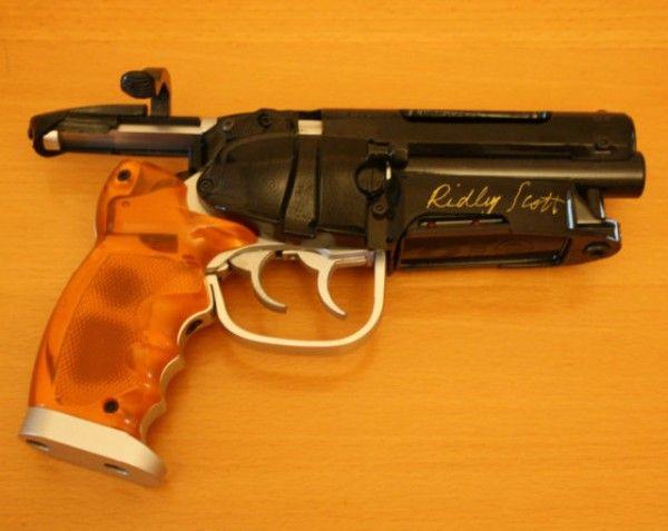 blade-runner-deckard-pistol-signed-ridley-scott