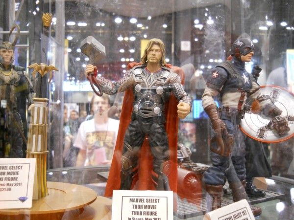 c2e2-thor-movie-toy