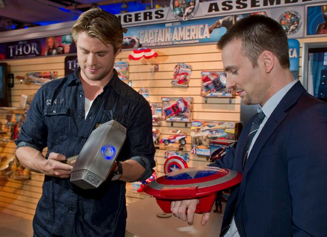 Toys For Chris : Chris evans and hemsworth visit the hasbro toy fair