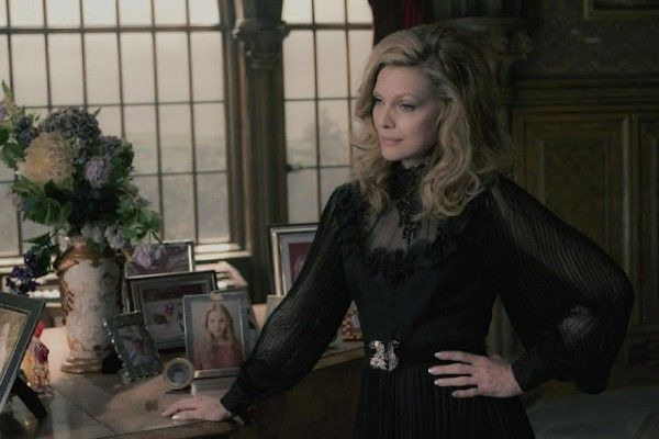 dark-shadows-movie-image-michelle-pfeiffer