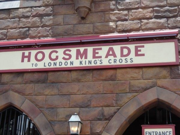harry-potter-diagon-alley-hogsmeade-hogwarts-express-sign