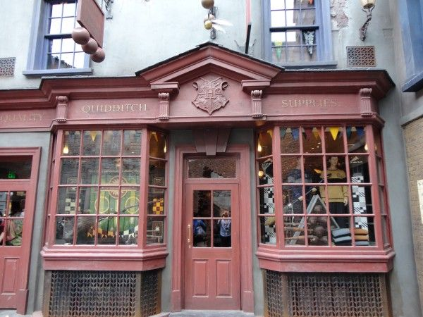 harry-potter-diagon-alley-quidditch-supplies-2